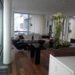 Wohnungssanierung München, Wohnzimmer mit Wandfenstern